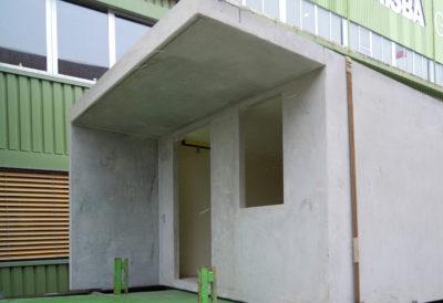 Betonfront mit Aussparungen für Tür und Fenster