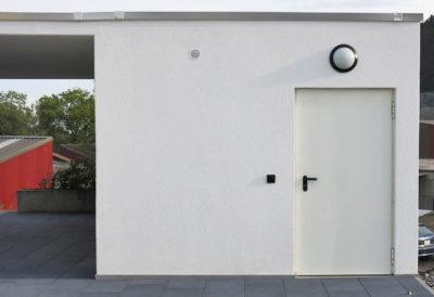 Betonfront mit Tür