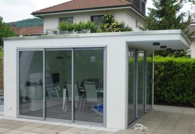 Betonfronten mit Glasfüllung, Türen oder Aussparungen