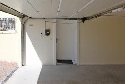 Zugang ins Haus direkt aus Betongarage