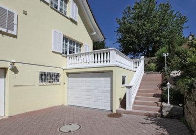 Einzelgarage aus Beton mit Terrasse