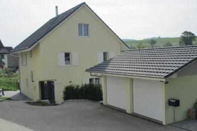Betongarage: Farbe, Dachrinne und Ziegel dem Haus angepasst