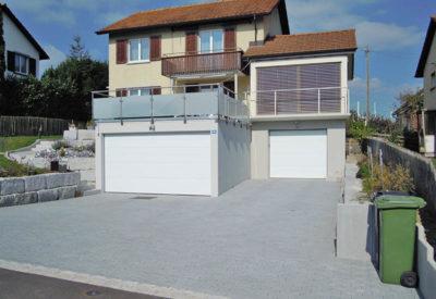 Vorgefertigte Hanggarage aus Beton mit Terrasse und Balkonabstützung