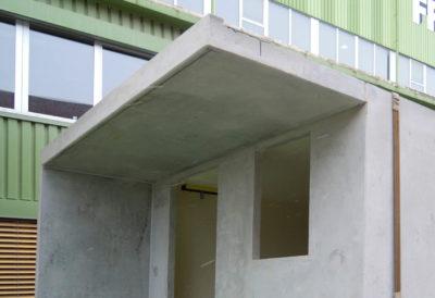 Vordach über Front und verlängerter Seitenwand