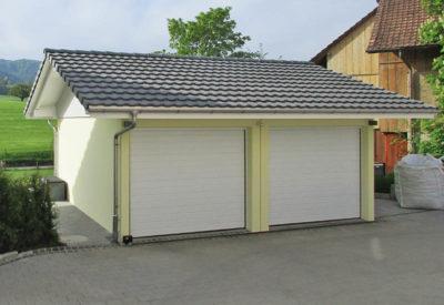 Garage double avec deux portes et toit à pignon