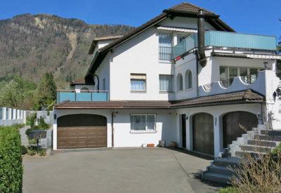 Garage en pente avec construction de terrasse et avant-toit