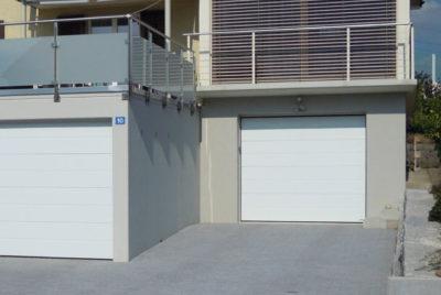 Garage en pente avec terrasse et étayage du balcon